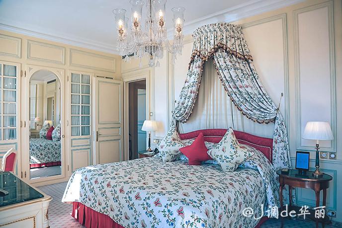卧室的天花板上有华丽水晶吊灯垂悬而下