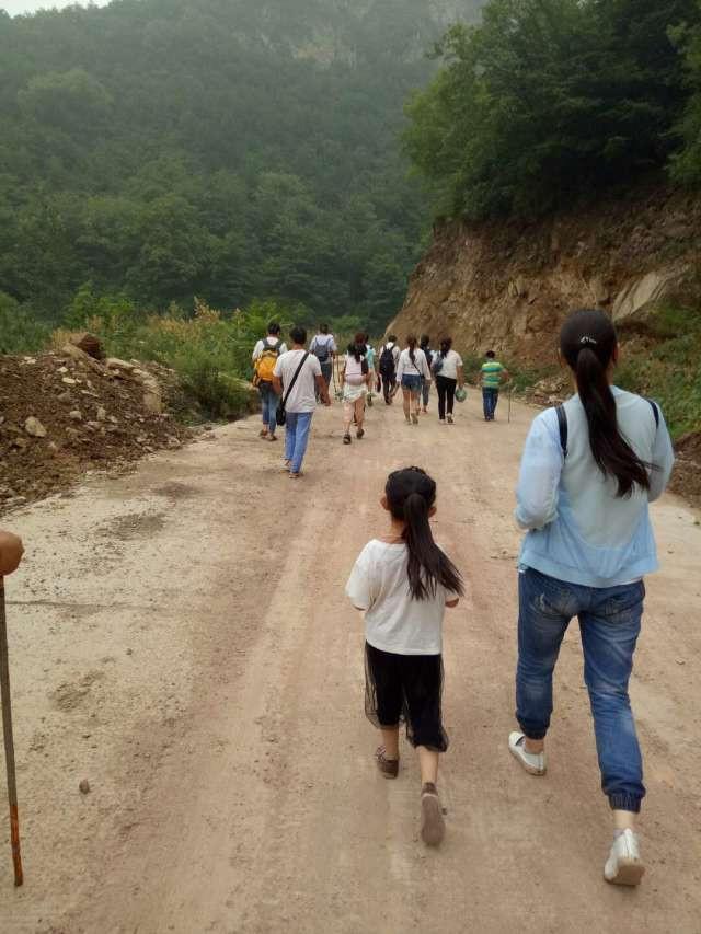 我们走在下山的大路