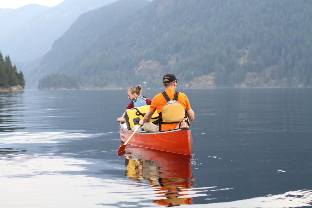 独木舟体验 加拿大独木舟总会认证教练就是不一般,带我们一起认识了独木舟,千岛湖可谓是中国水上运动的圣地,没有之一,因为它有着宽广的湖面,并且是国家一级的水质(可直接饮用的标准),青山绿水,空气好,身边有鱼儿嬉戏,空中有苍鹰翱翔!这次我们来体验逐浪者的独木舟;独木舟起源于加拿大,原始的独木舟是用单个树干中间挖空做成的,现代的独木舟材质讲究轻量化,有玻璃纤维、凯夫拉纤维、碳纤维的,也有滚塑的;桨和船都可谓是一件工艺品;这次有幸用到的是加拿大原装进口的木浆(如上图);划着船可以去到千岛湖的深处,去感受这湖水,