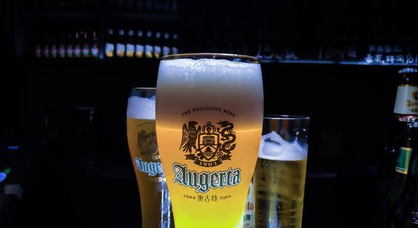青岛啤酒的泡沫,搭配青岛城市地标——回澜阁,一同组成了青啤的logo!