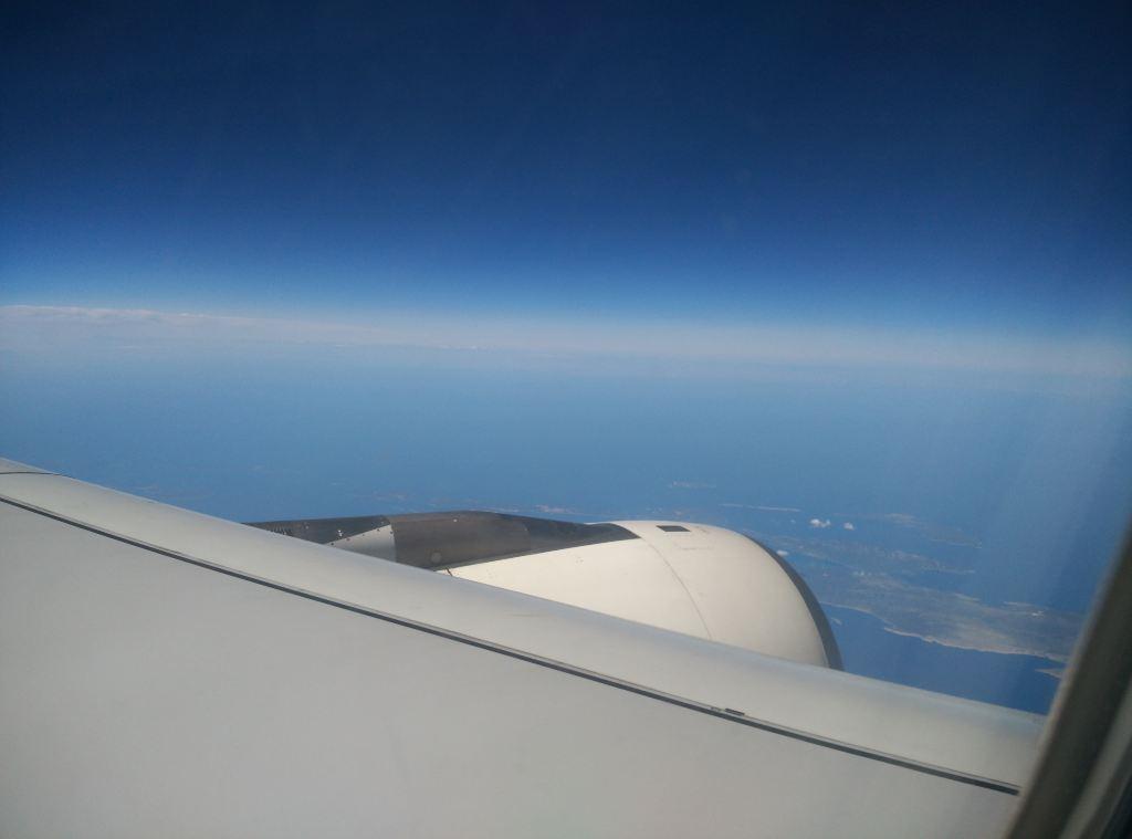飞机飞啊飞,等看到蔚蓝的天和蔚蓝的海的时候就知道