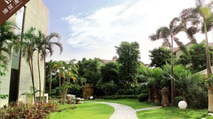 酒店坐落于厦门海沧东孚,占地面积近7万平米,坐拥一品汤泉,400间套