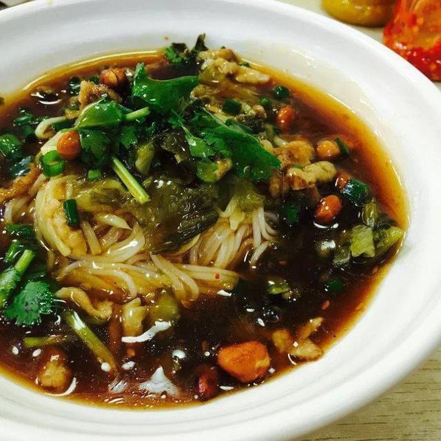 三亚除了海鲜,还有很多美食,比如四大名菜:加积鸭,文昌鸡,和乐蟹,东山