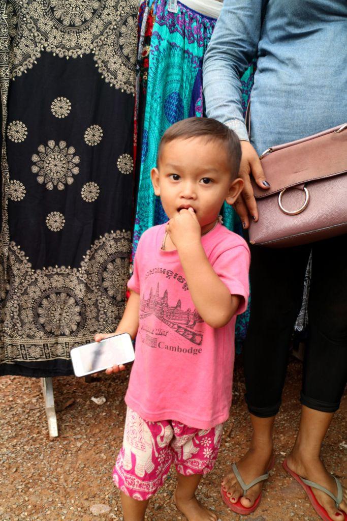小男孩很单纯也很可爱,当我给他一个棒棒糖的时候高兴坏了,拿着棒棒糖
