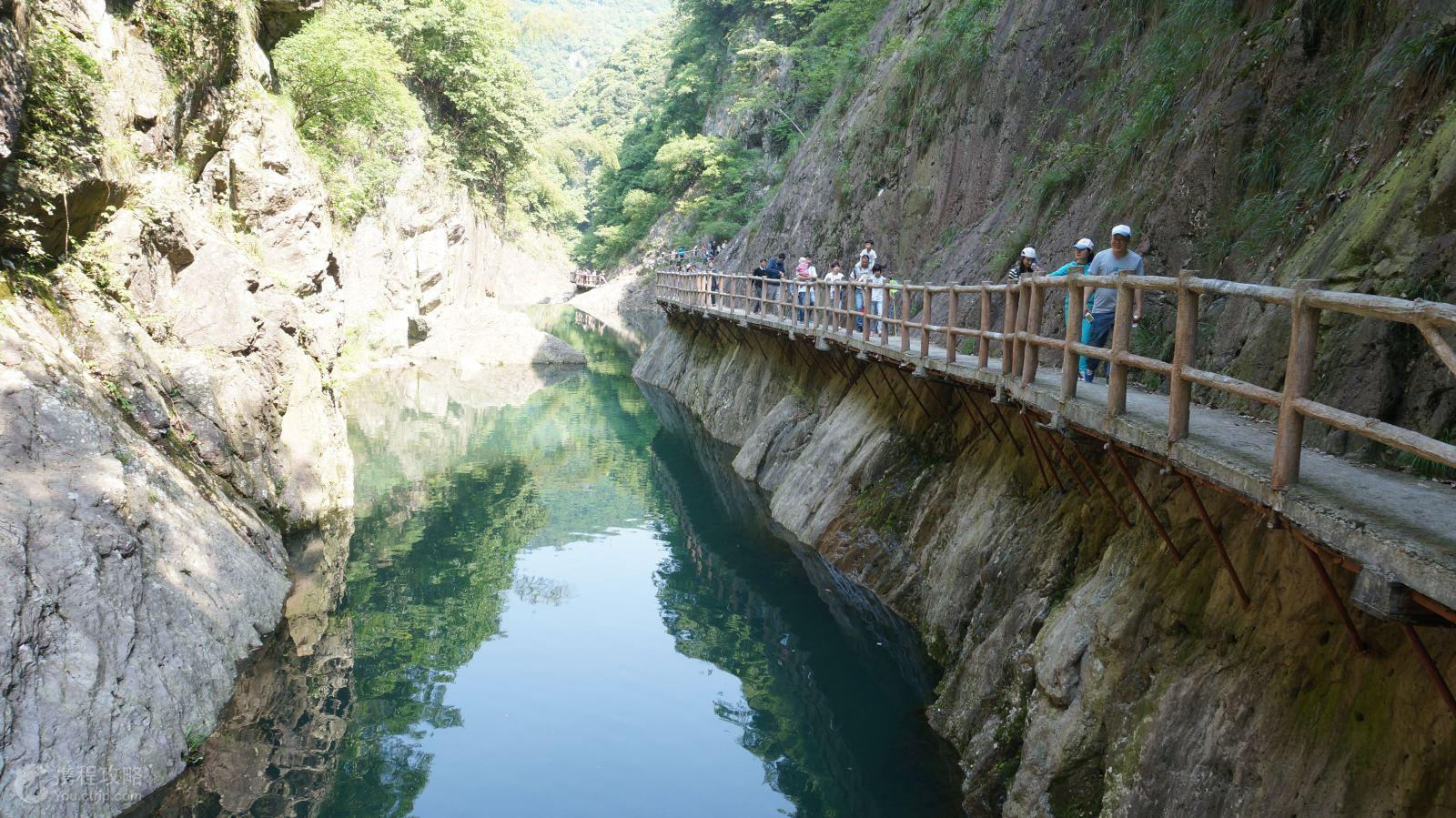 龙穿峡景区位于白鹤镇内,是天台开发较晚的一处景点.