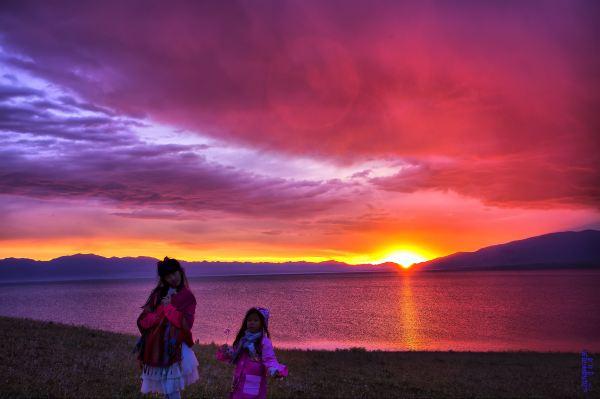 两个可爱的小女孩印着初耀的曙光