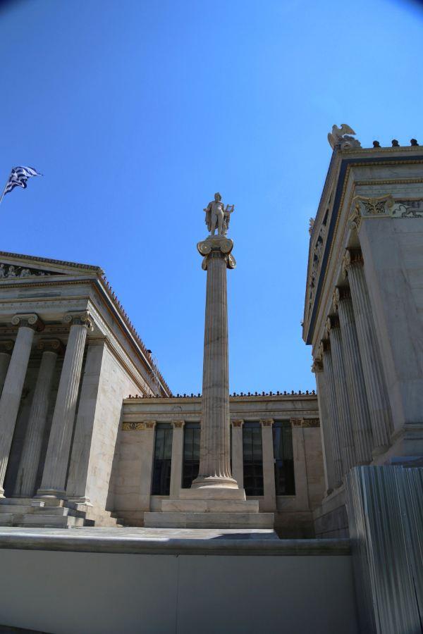 广场台阶两侧有两座大理石雕像,左侧是苏格拉底,右侧塑像是柏拉图-都