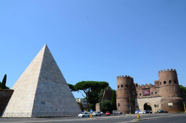 金字塔内部用砖,表面则通体铺以白色大理石