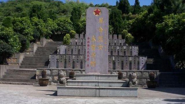 3分 (7条点评) 1 西宁市烈士陵园,位于青海省西宁市凤凰山下,由烈士群