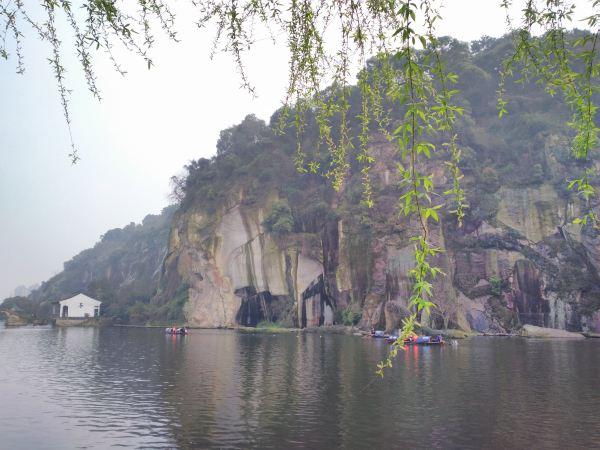 东湖风景区在绍兴古城东边约六公里处,以崖壁,岩洞,石桥,湖面巧妙结合