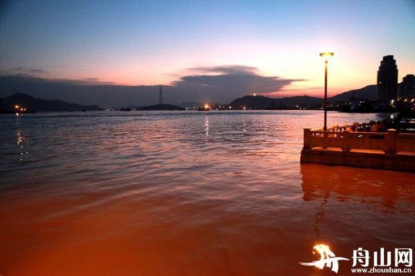 聊天背景图情侣海边夕阳