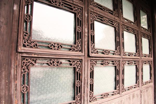 会客厅,牡丹厅,船厅都设计成落地窗户,采光极好,通过玻璃窗借景,展示