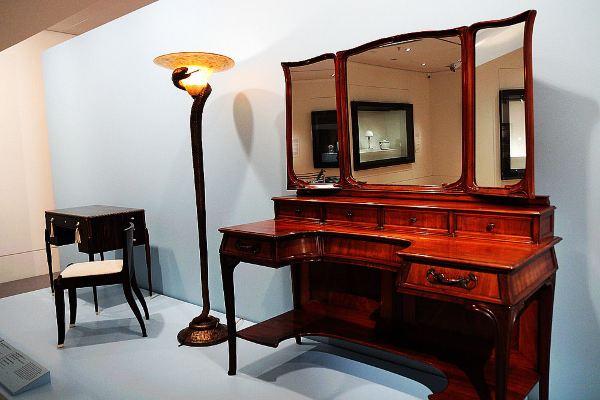 三面镜的梳妆台,造型很欧式