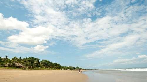 水明漾海滩位于巴厘岛南部的西海岸,库塔海滩的北面.