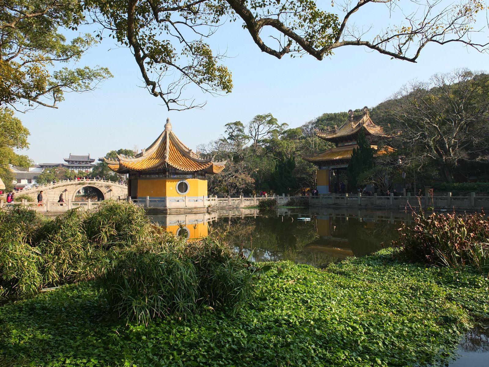 寺院宏伟的琳宫梵宇与寺前的莲花池,多宝塔,八角亭,瑶池桥等美丽