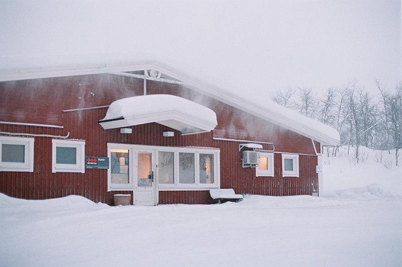 雪中的民居,大门房檐上的积雪压得很令人紧张.