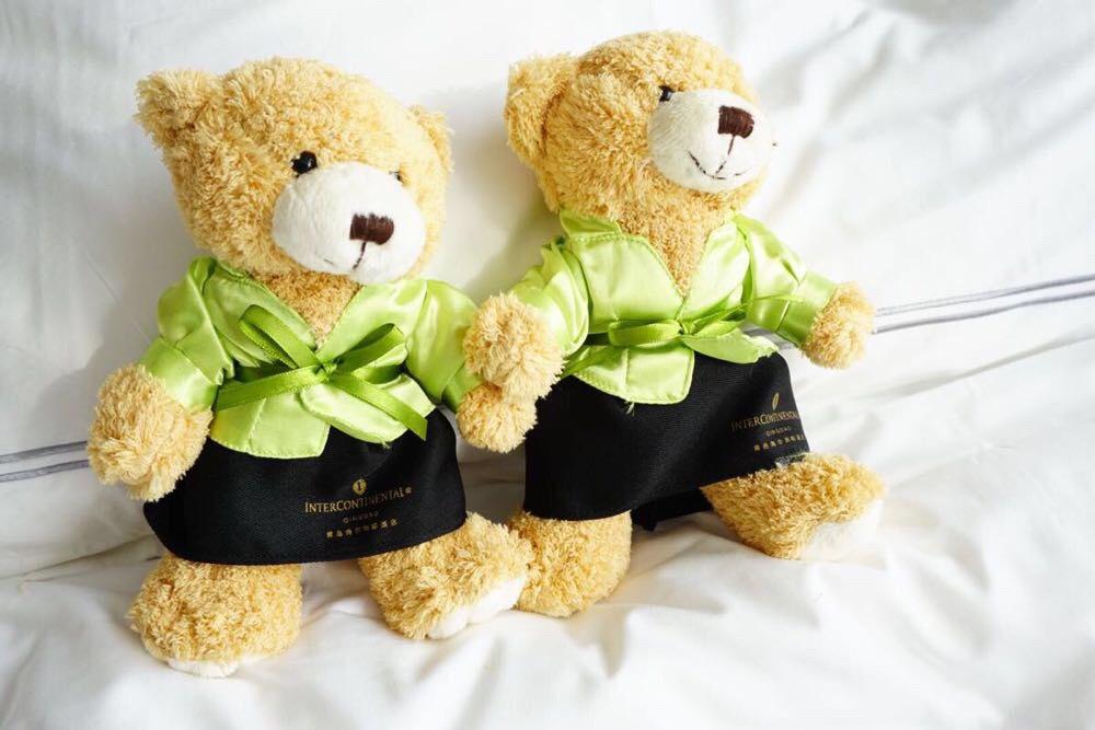 有两孩子,酒店赠送了一对可爱的小熊