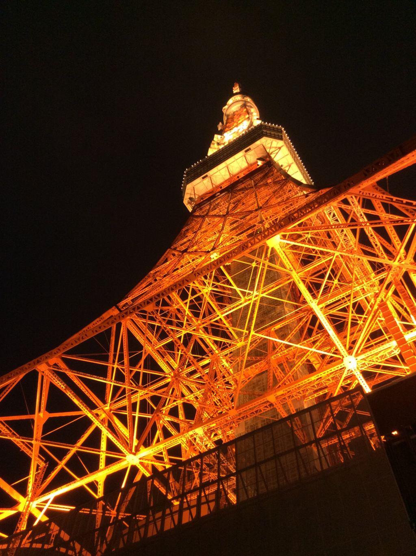 夜晚亮灯的东京铁塔