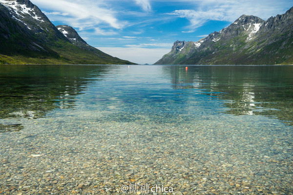 罗弗敦群岛 (Lofoten)挪威北部、挪威海中的群岛。面积1425平方公里。南北延伸约111公里,同大陆相距1.6-80公里,中隔韦斯特湾。人口2.7万。岛间海峡流水湍急。因受北大西洋暖流影响,气候较温和。岛上多沼泽、山丘,最高峰1161米。四周海域盛产鳕鱼、鲱鱼,捕捞后多制成鱼干和熏鱼。广义的罗弗敦群岛包括西奥伦群岛。 罗弗敦群岛 是由上古的冰川雕琢而成的。Vestfjorden峡湾把它和挪威大陆隔离了开来,把它孤零零留在了辽阔的海上。尽管如此,从高处看,群岛像被一条似有似无的链子,永远连在一起。 罗