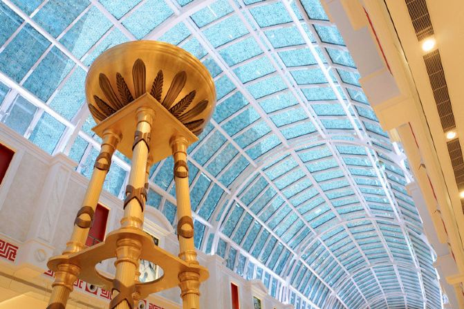 在商场四楼还专设有文化区域,其中包括4D影院、博物馆、美术馆、文化展区、演艺舞台区等, 想必这里的活动也是丰富多彩的。 小贴士: 虽然在那里时间不长,但作为上海人,深深感到,这个集购物、休闲、餐饮、娱乐为一体的高档场所为本地人添了一个好去处,也值得外地来沪人员去观赏游览。 可喜的是这个场所的公共空间摆放了很多免费的供人休息的椅子,所以,即便不消费,也可以从从容容地享受一下这个高、大、上的舒适环境。 交通:去那里适合乘地铁,3号、4号、13号,11号、14号线均在数步之遥。且客流可直接进入环球港的船体