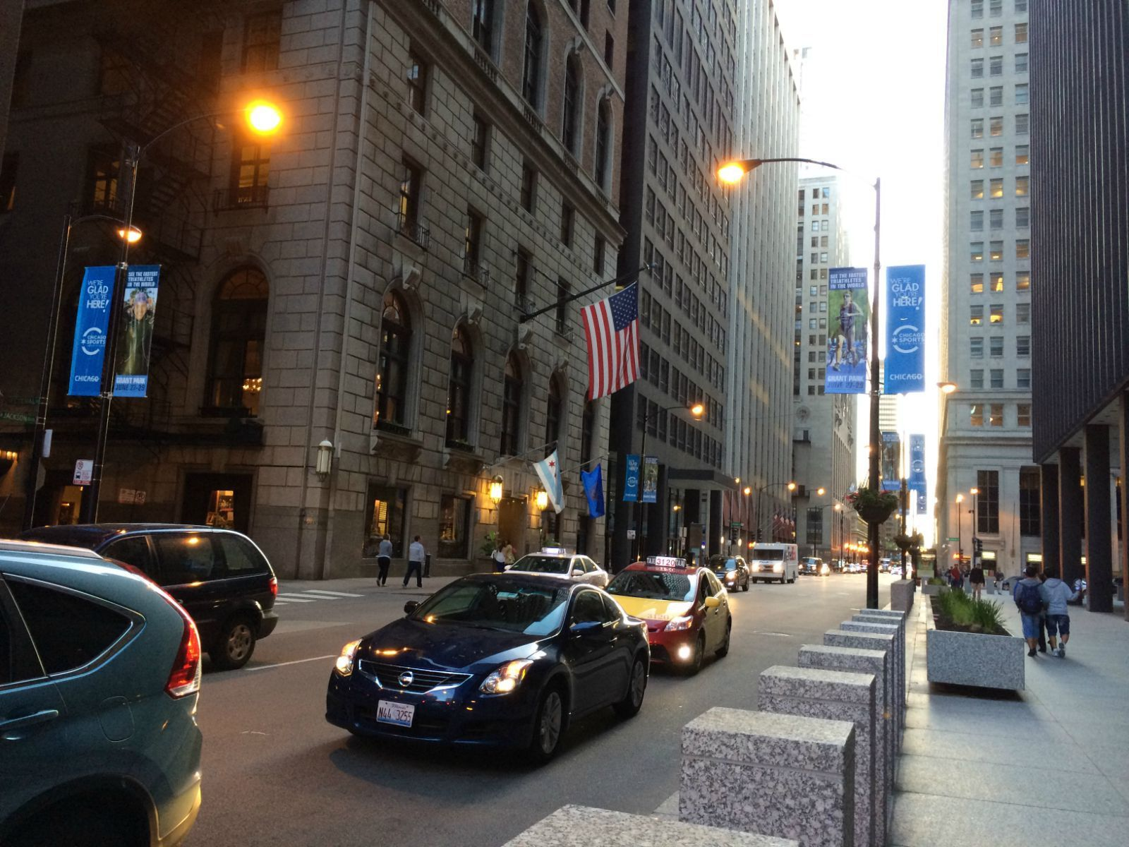 美国街头悬空雕像表演