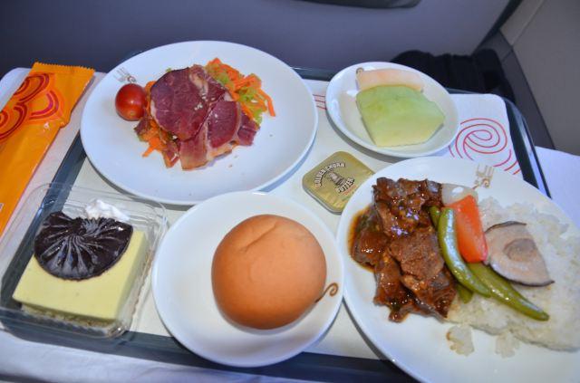 飞机头等舱的午餐,盛放的器皿与经济舱不一样