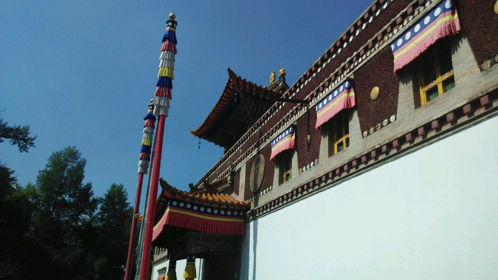 塔尔寺,藏文名称贡本贤巴林(十万佛像弥勒州),位于青海湟中县(距西宁28km),始建于藏历第六绕迴土羊年(明洪武十二年,公元一三七九年),是我国藏传佛教的四大中心之一,藏传 格鲁派的六大寺院之一,雪域伟大的上师、藏传佛教格鲁派开创者宗喀巴的诞生地。全寺占地面积600亩,建筑面积四十五万平方米。主体建筑五十二座,殿堂僧舍1万余间,鼎盛时期住寺僧众三千六百名。塔尔寺古建殿宇雄伟壮观,文物珍品琳琅满目,古籍藏书浩如烟海,艺术三绝(壁画,堆绣,酥油花)异彩纷呈。寺设四大经院(显宗,密宗,时轮,医明),闻思五明,修
