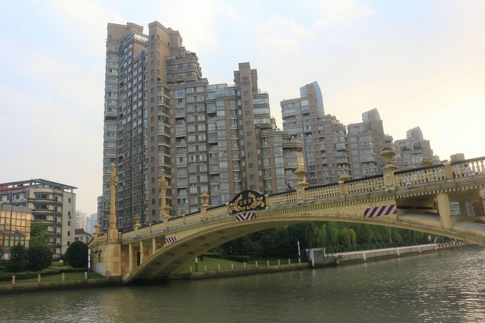 金碧辉煌的欧式桥梁