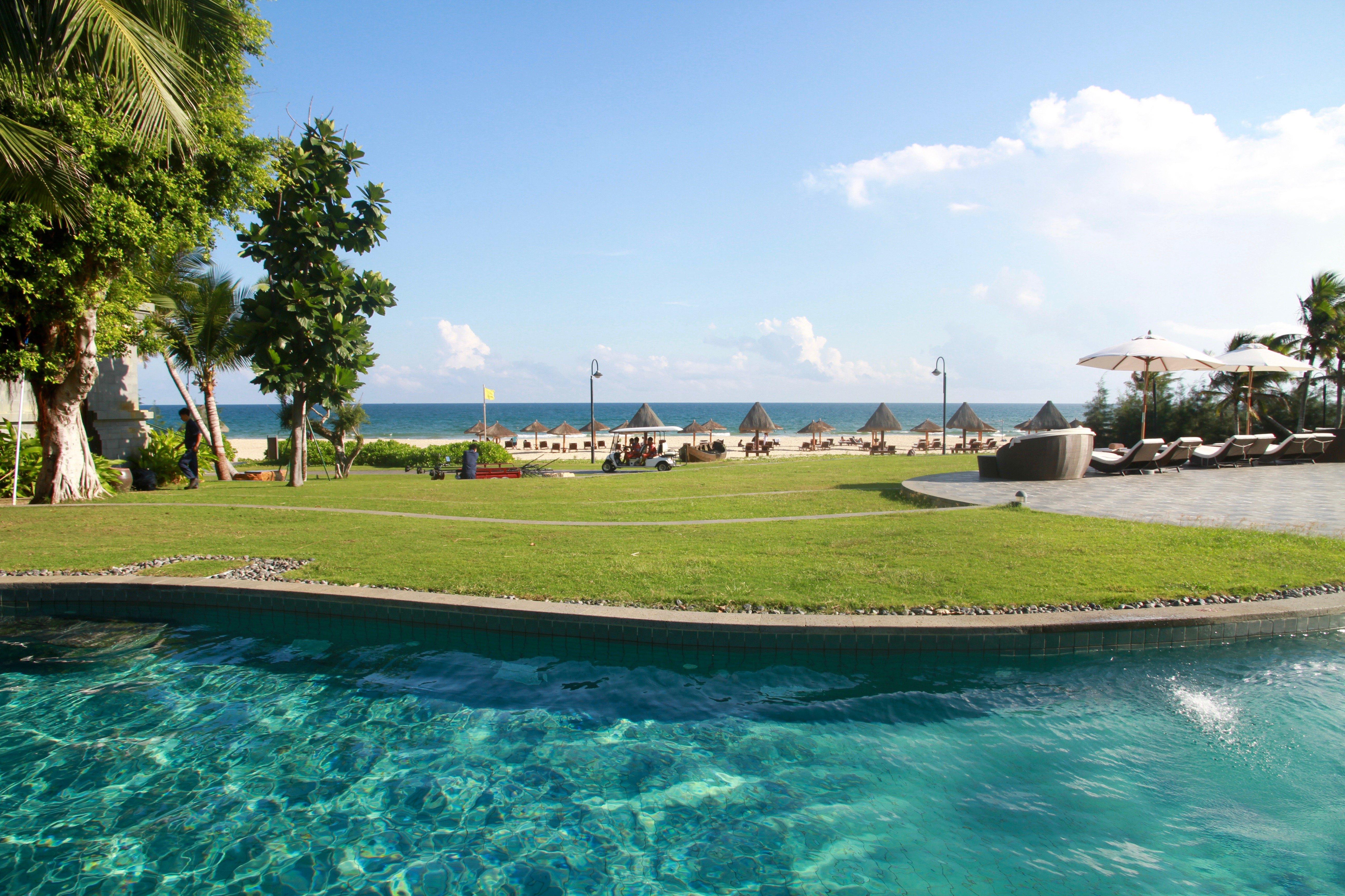 【澜海居】 先来说说酒店的房型吧,酒店的房间坐落于巴厘岛翼(东翼)和海南岛翼(西翼)两翼,两边的房型和内部结构基本上是一样的。酒店另外还有独栋的别墅区域。房间分为三个系列,由差到好依次是: 居系列:翠雅居-怡海居-清海居-天海居-汀畔居-澜海居 湾系列:丽景湾-揽海湾-清水湾 庭系列:逸景庭-澜景庭-御海庭 一层比一层贵,后面的比前面贵。庭系列都是独栋的别墅,而居系列属于面向大众的普通房型,按照面积和景观不同层层升级,但是令人乍舌的是这里最小的房型也有80平米,房间是相当地宽敞啊。 我们这次入住的是居系列