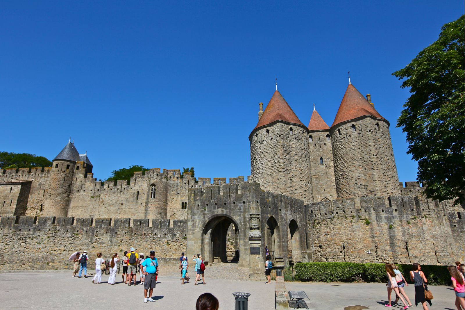 走进卡尔卡松古城堡的拱形城门,通过木板吊桥跨越护城河,就可以进入城图片