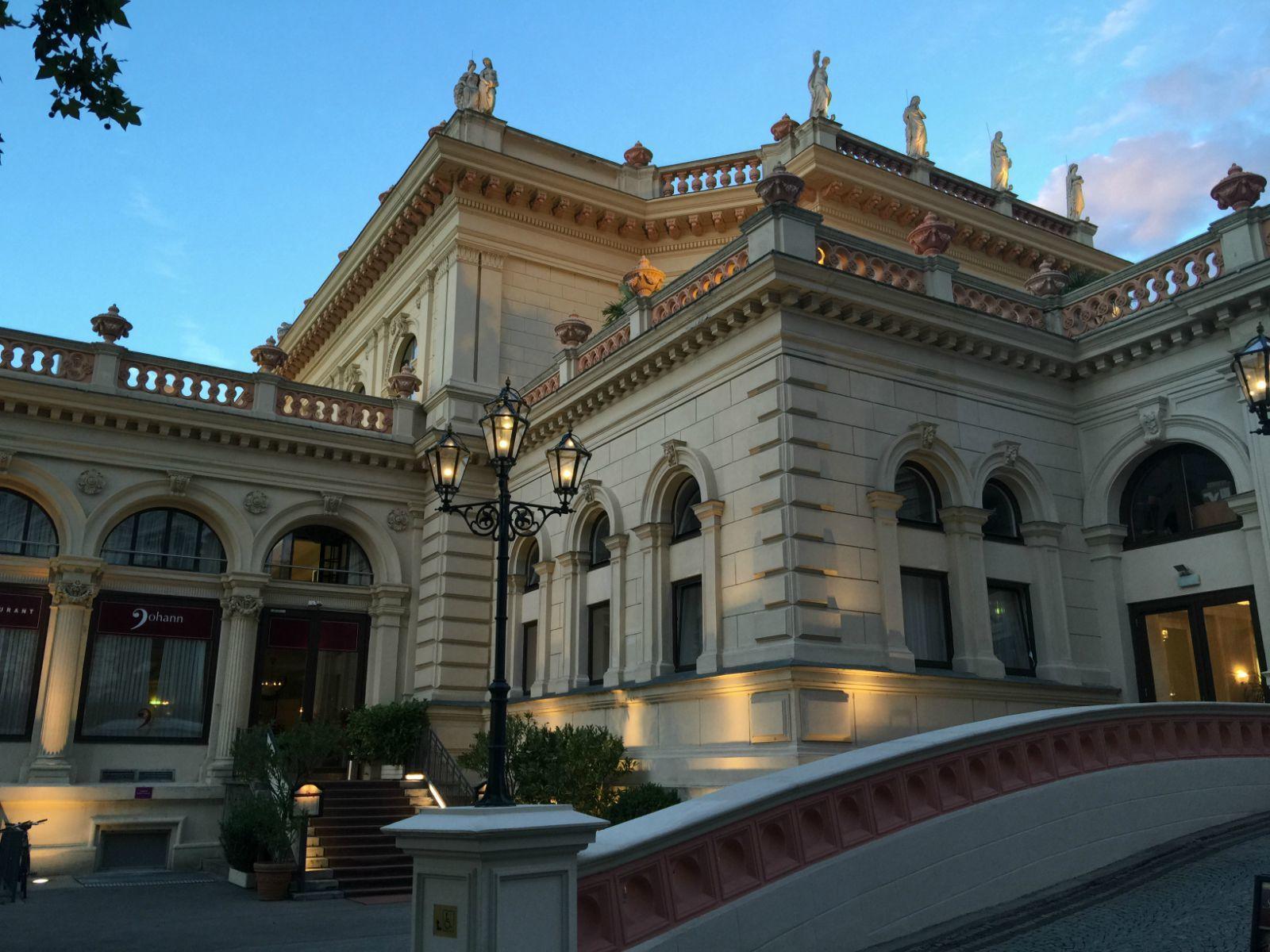 国家歌剧院        城市花园的小约翰·斯特劳斯雕塑