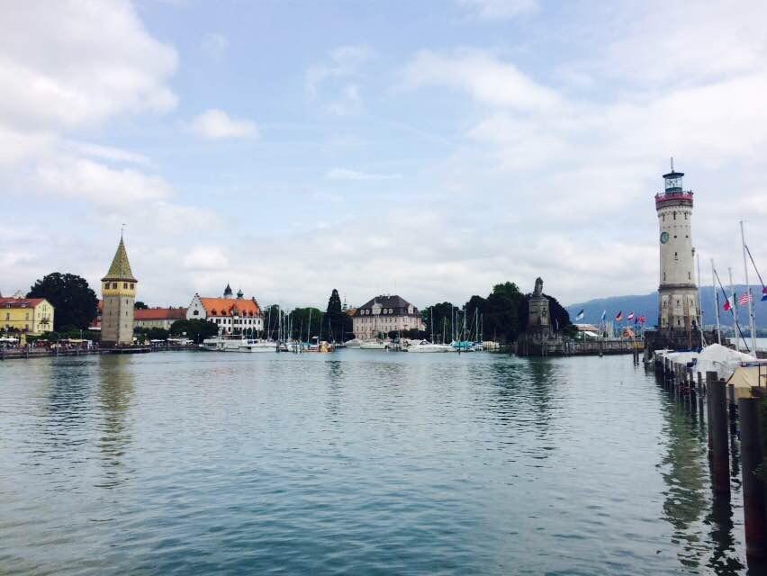 港口,有一座灯塔和一座石狮雕像守护着