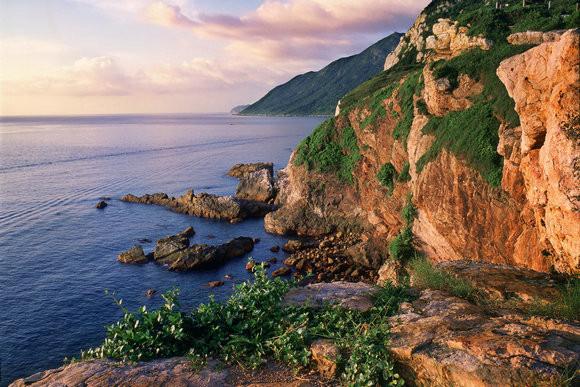 南澳是大鹏半岛国家地质公园核心区,辖区有七娘山,东西涌海岸线,西