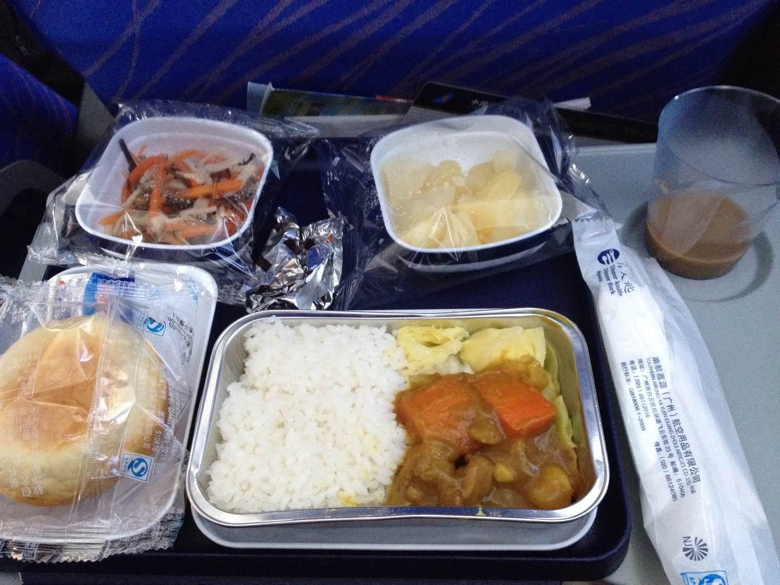 不算太坏的飞机餐,但是飞机就很小啦,737,4小时的旅程,闷.