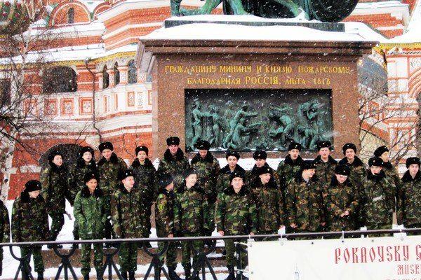 一群穿着军装的可爱的俄罗斯新兵,他们正在合影,拍下风雪中的他们.