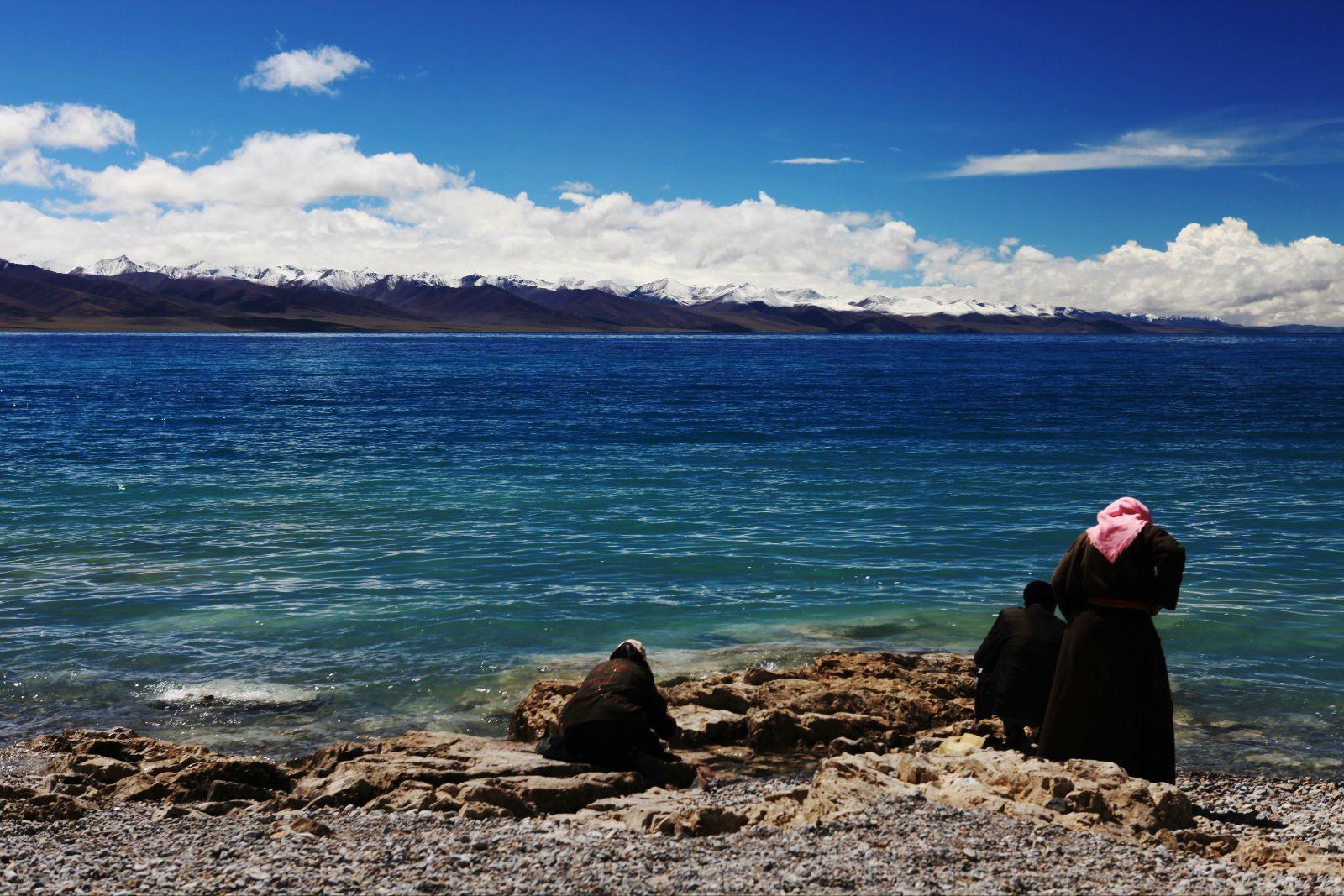 青藏公路 蓝天里挂着的白云犹如片片棉絮,就在头顶上漂浮,它离人是