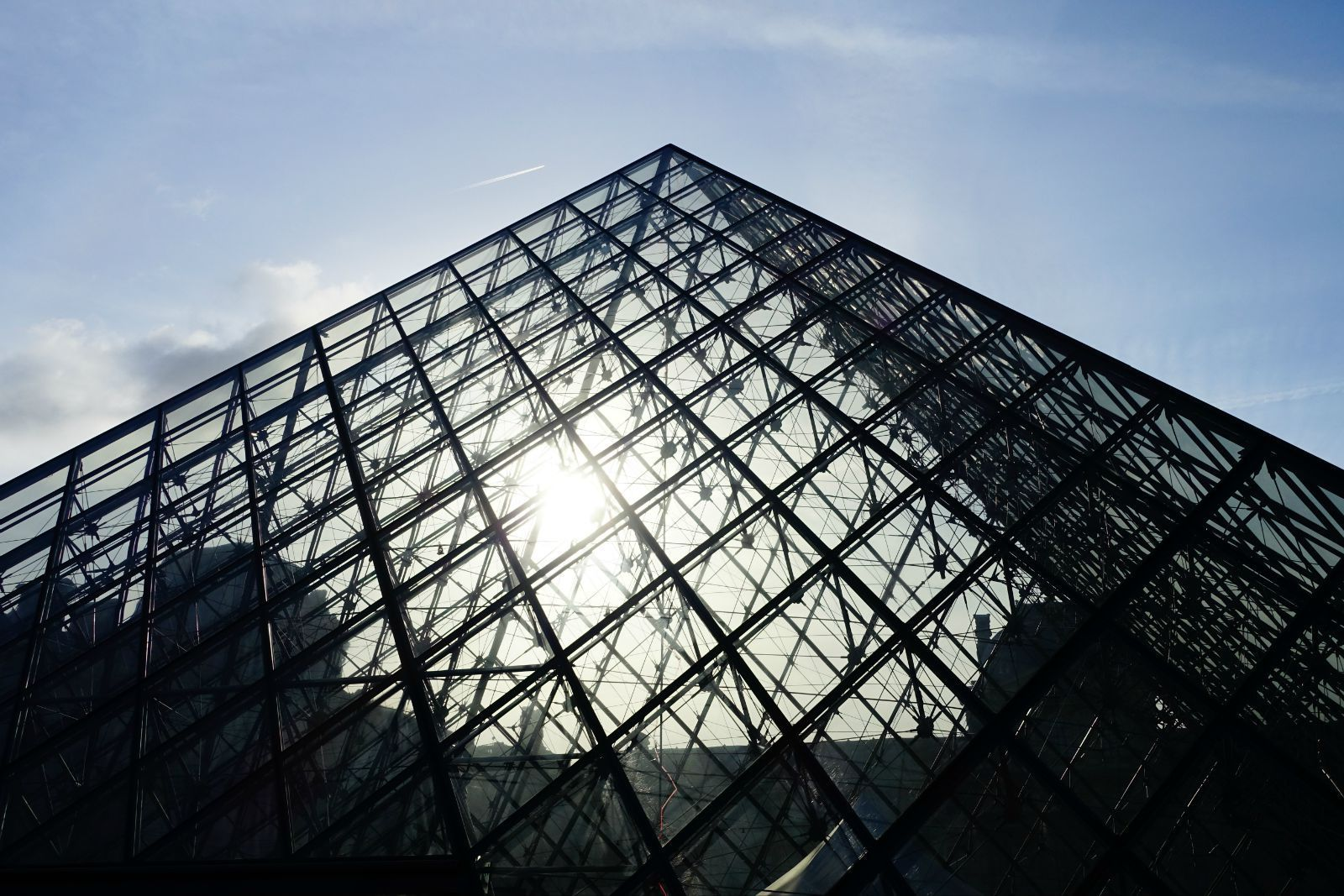 卢浮宫的金字塔,实际上是三个陈列馆的地下入口
