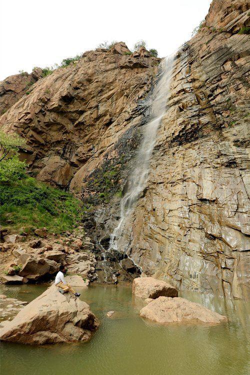 溪水循着蜿蜒如蛇的幽谷东流,河道坎坷不平,流水分合回环,忽尔漩入