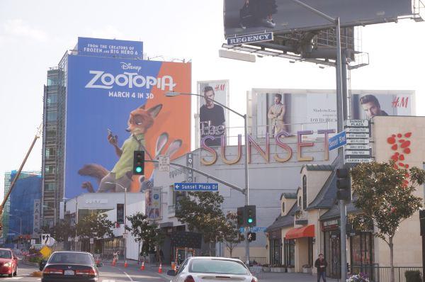 旁边的影院和路上的电影海报都是疯狂动物园