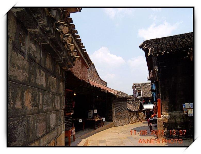 那些砖木结构的民居,或保持古旧的风貌