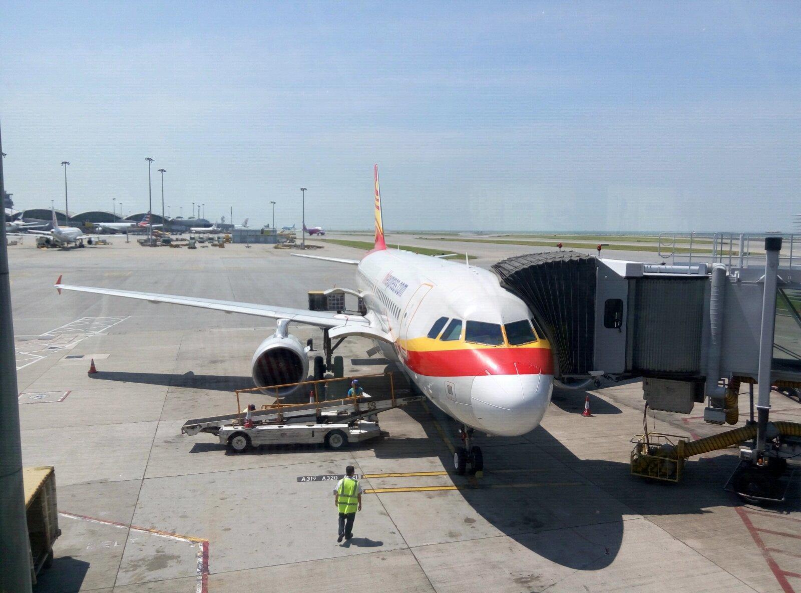 滴椰肉就好似  蛋白 甘 滑溜溜   香港国际机场 19:00 落飞机  拿行李