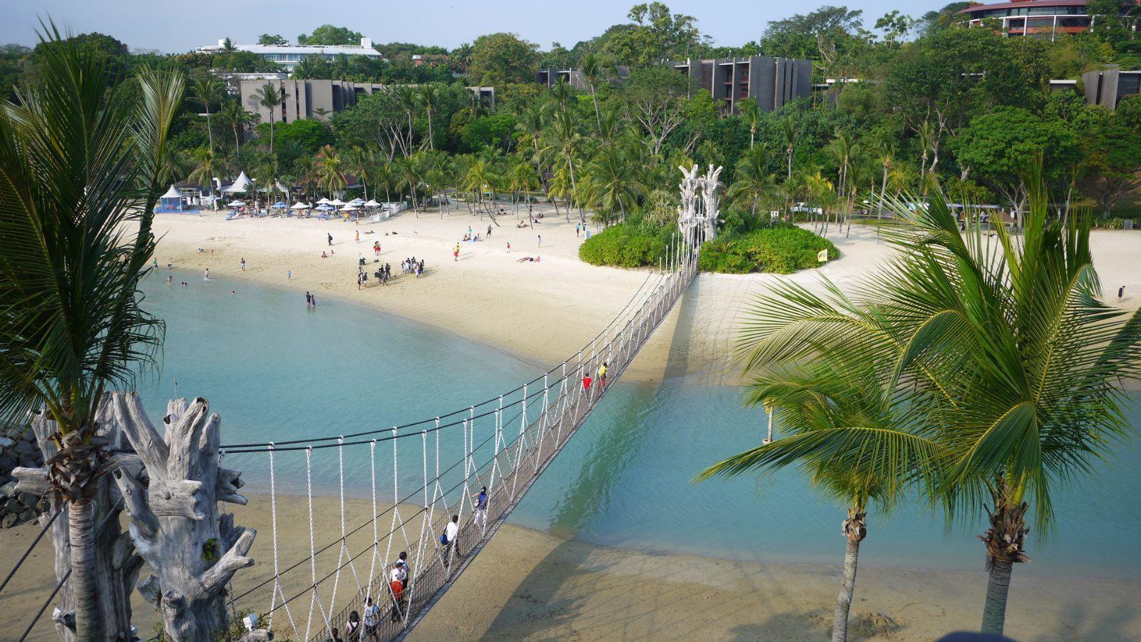 巴拉湾海滩 从圣淘沙回到新加坡市区已经近晚上8点,赶紧去一饱口福