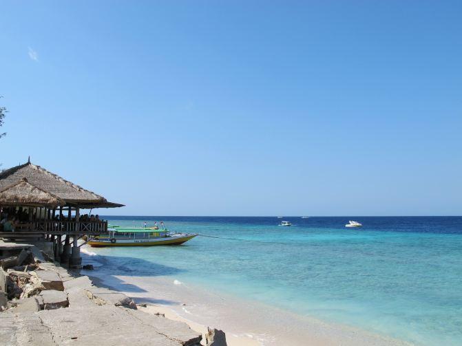 蓝天白云大海沙滩躺椅