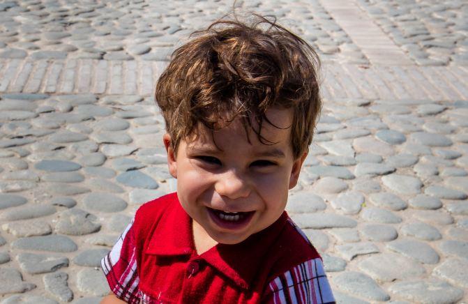 门口一个可爱的小孩,萌的众人哈哈大笑