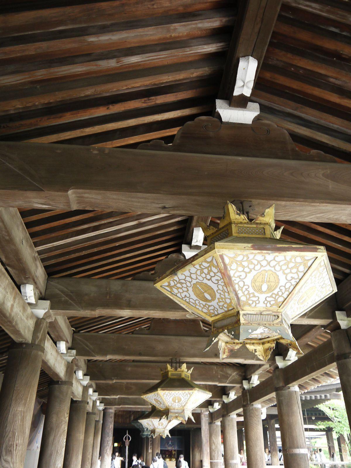 木结构的主殿陪着传统样式的灯笼