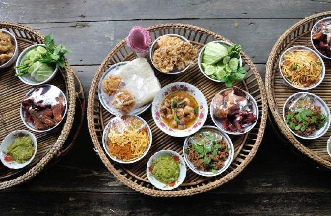 在丰富的早餐之后,我走出了历史悠久的蓝象餐厅,这个餐厅自1980年开放至今,因为帮助泰国美食带向世界而闻名。我今天的计划是去学习泰国烹饪,有幸的是在和蓝象餐厅的一位厨师简单交谈后,他答应传授给我泰国烹饪技巧,我跟他一起到泰国的市场寻找食材,从菠萝蜜生菜,到复杂的海鲜,他教给我每种食材的选择方法,回到厨房之后,他给我演示了几种泰国家常菜的制作方法,看似很简单但是,我自己做的时候并没有这么简单,不多说,上图! 第4天:美妙的房子和皇家美食 今天,我到吉姆汤普森的房子里参观,吉姆汤普森是在美国二战之后到泰国