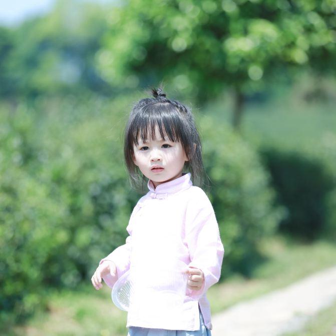 可爱的汉服小模特小雨点穿梭在茶园之中,微微一笑,萌化了我的心.