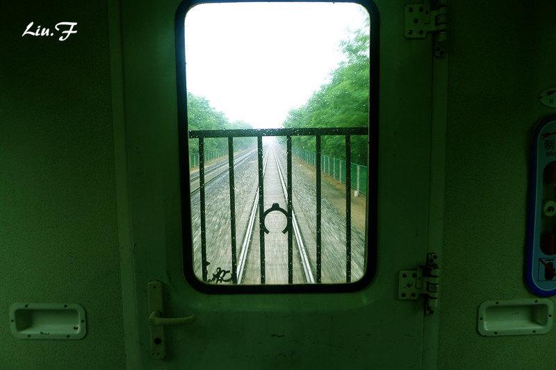 火车窗边风景手绘