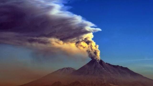火山口终年烟雾缭绕,好像随时准备着下一次的喷发