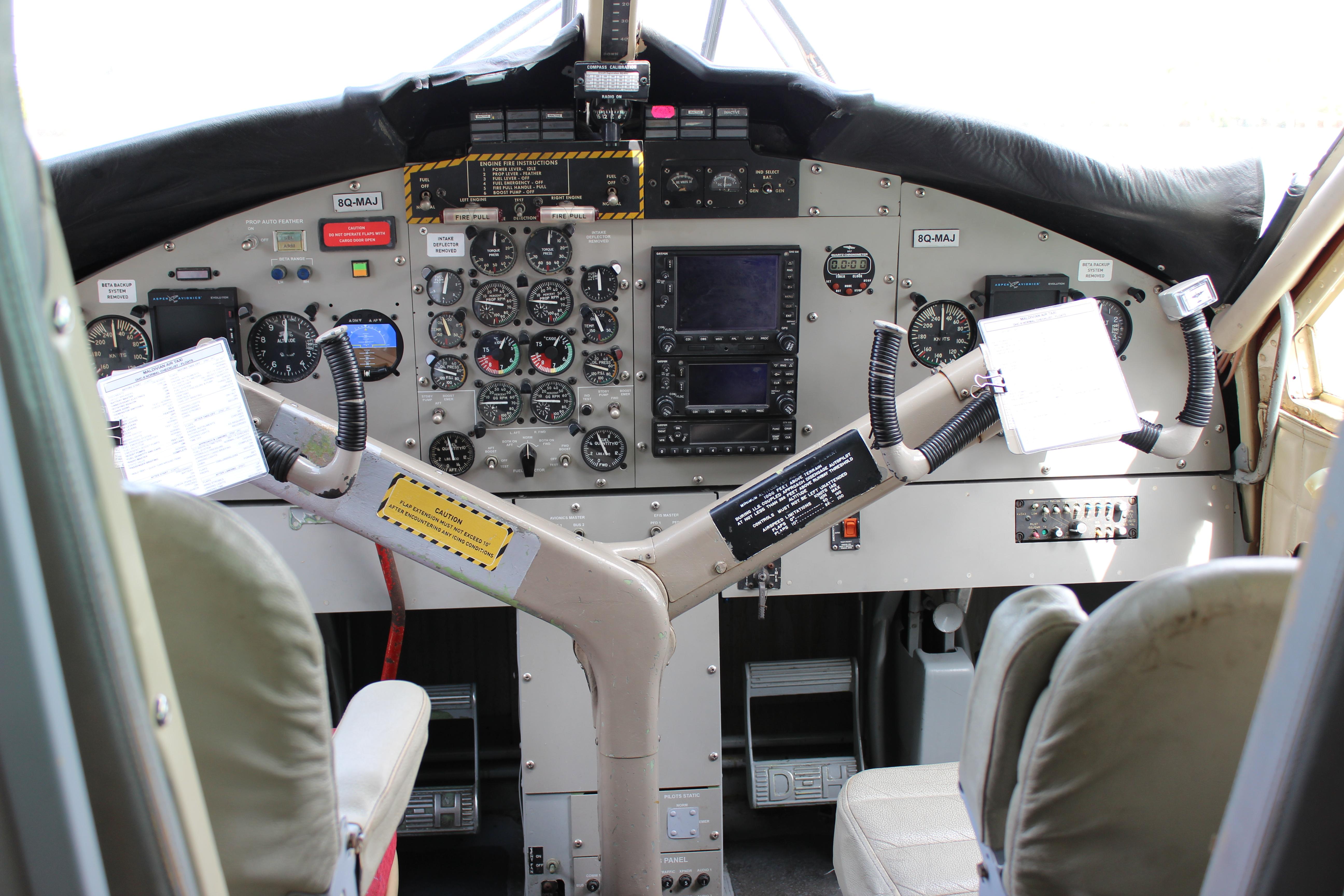 平生第一次看到飞机的驾驶室啊.